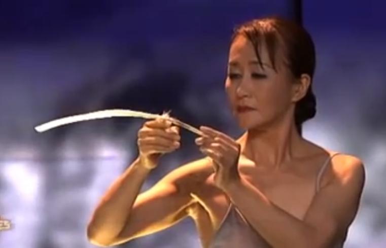 Miyoko-Shida-rigolo-equilibrio-piuma-video