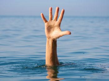 mano in acqua